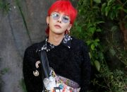 G-Dragon mặc đồ nữ nhuộm tóc đỏ nổi bật tại Paris Fashion Week 2017